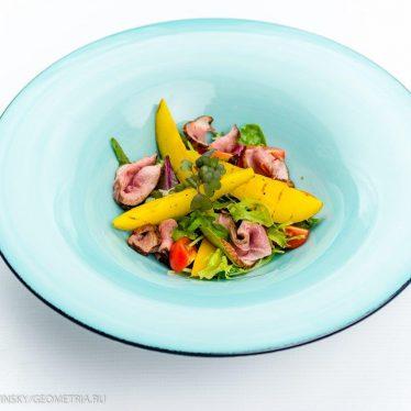 Салат  с уткой и маринованной грушей.