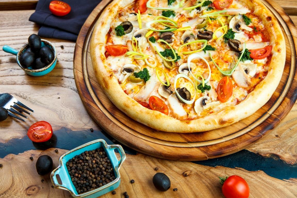 Пицца с курицей, грибами и сыром чеддер