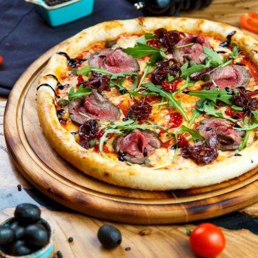 Пицца с ростбифом.