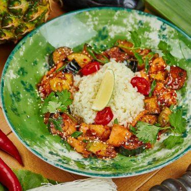 Лосось с овощами темпура в китайском соусе