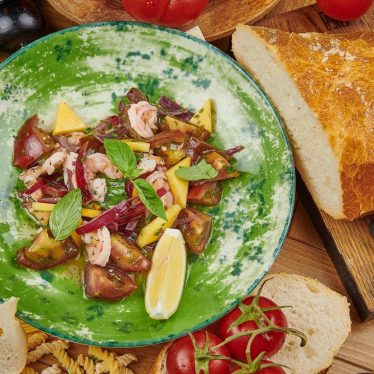 Салат с тигровыми креветками по-каталонски.