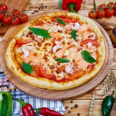 Пицца с лососем и креветками.