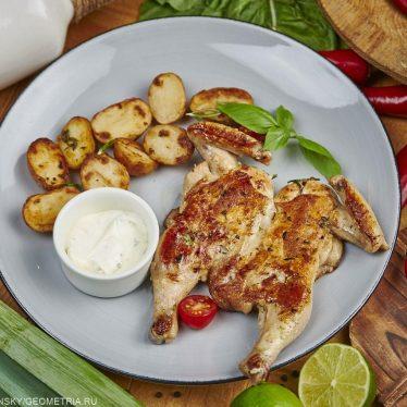 Цыпленок по-милански с картофелем.