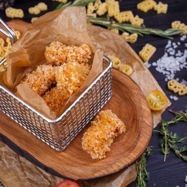 Нагетсы из курицы с соусом на выбор