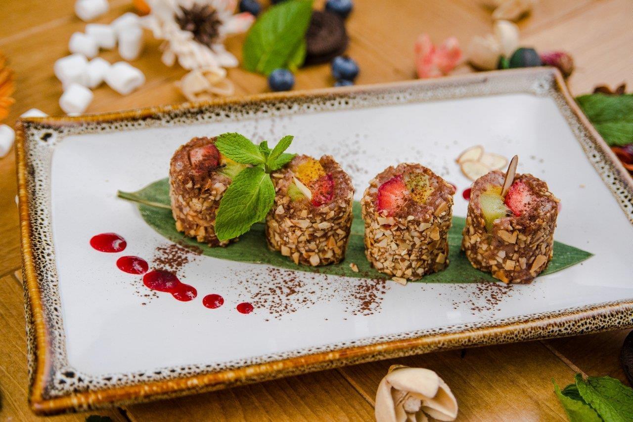 Шоколадный рисовый пудинг с клубникой.киви и манго в миндальной стружке.
