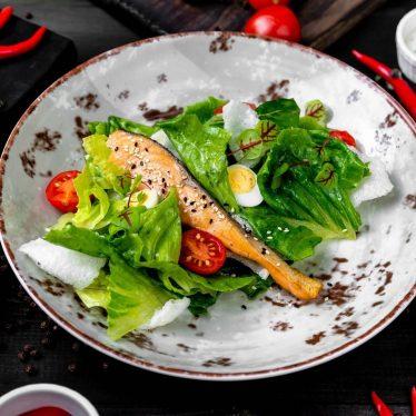 -Цезарь с лососем в азиатском стиле