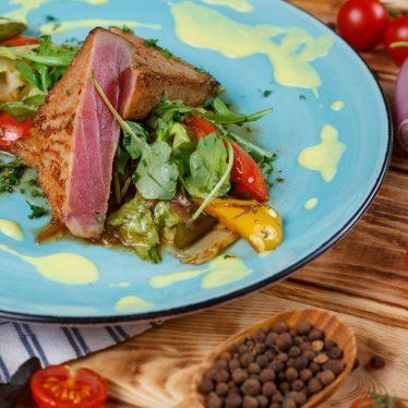 -Стейк из тунца с овощным салатом.