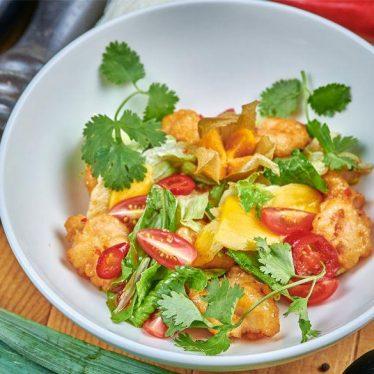 -Салат с курицей и креветками темпура в соусе сладкий чили