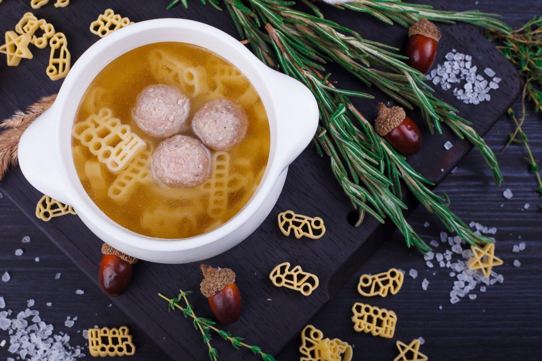 Куриный бульон с фрикадельками и макаронами